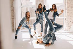 Desktop hintergrundbilder Braunhaarige Tanz Hand Jeans junge Frauen