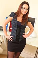 Hintergrundbilder Carla Brown Sekretärinen Braunhaarige Brille Blick Lächeln Hand junge frau