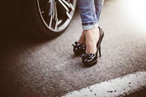 Sfondi desktop Da vicino Asfalto Le gambe Scarpe con tacco Jeans giovani donne