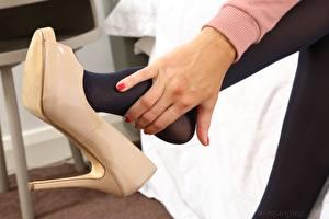 Fotos Großansicht Hand Bein Stöckelschuh Strumpfhose Mädchens