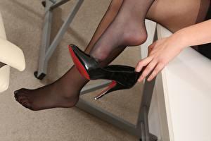 Fondos de escritorio De cerca Mano Zapatos de tacón Pierna mujeres jóvenes