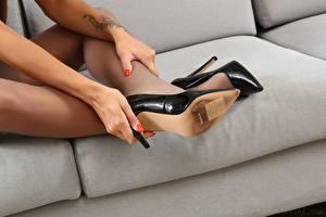Sfondi desktop Da vicino Divano Le gambe Scarpe con tacco Collant Braccia ragazza