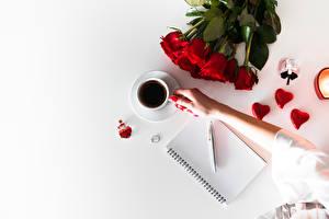 Hintergrundbilder Kaffee Sträuße Rosen Valentinstag Notizblock Kugelschreiber Tasse Herz Hand Blumen