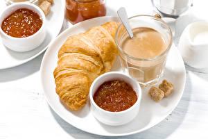 Bakgrunnsbilder Croissant Varm sjokolade Syltetøy Frokost Tallerken Vannglass Sukker