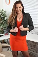 Bilder Daisy Watts Sekretärinen Braune Haare Starren Lächeln Hand junge frau