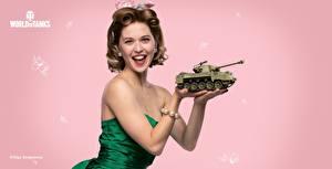 Bilder Tag des Verteidigers des Vaterlandes WOT Farbigen hintergrund Lächeln Frisuren Braune Haare Geschenke Olga Sergeyevna computerspiel Mädchens
