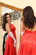 Bilder Emily Jane Williams Spiegel Spiegelung Spiegelbild Kleid Hand Handschuh Starren Lächeln Mädchens