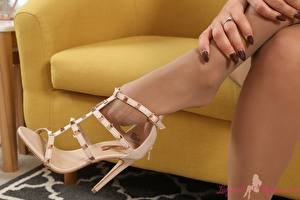 Hintergrundbilder Finger Bein High Heels Strumpfhose Maniküre junge frau