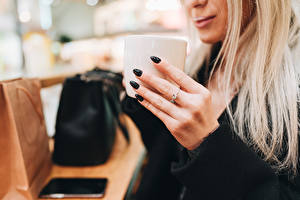 Fotos Finger Becher Blondine Hand Maniküre Unscharfer Hintergrund junge frau