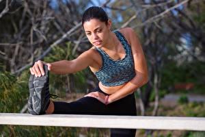 Fotos Fitness Brünette Dehnübung Hand Bein