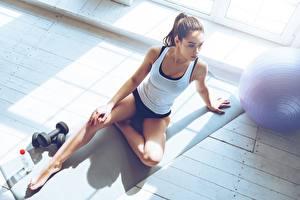 Fondos de Pantalla Fitness Pierna Camiseta de tirantes Sentado Mancuerna Deporte Chicas imágenes
