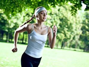 Fotos Fitness Lauf Unscharfer Hintergrund Hand Mädchens