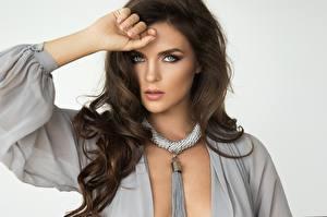 Fotos Grauer Hintergrund Pose Hand Model Braunhaarige Haar Blick Frisur Hübsch Mädchens