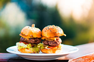 Hintergrundbilder Burger Brötchen Fast food Frikadelle Bokeh Teller Lebensmittel