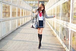 Desktop hintergrundbilder Handtasche Asiatisches Bein Rock Bluse Mantel Braune Haare Süß Schülerin junge Frauen