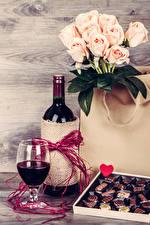 Hintergrundbilder Feiertage Stillleben Rosen Wein Bonbon Bretter Flasche Weinglas Herz Lebensmittel Blumen