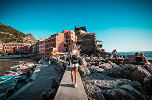 Papel de Parede Desktop Itália Píer Barcos Pedras Ligúria Cabelo loiro Meninas De volta Mochila Turista Vernazza Cidades