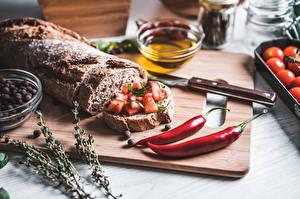 Fotos Messer Chili Pfeffer Brot Butterbrot Schneidebrett Geschnittenes