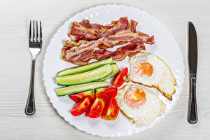 Pictures Knife Cucumbers Tomatoes Bacon Plate Fork Fried egg Sliced food