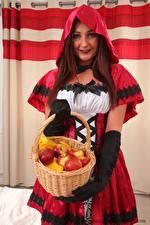 Hintergrundbilder Lauren The Stylist Äpfel Kapuze Rotschopf Starren Uniform Hand Handschuh Weidenkorb red Riding Hood junge frau