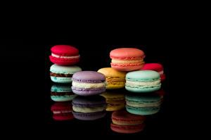 Fotos Macarons Schwarzer Hintergrund Bunte Spiegelt Lebensmittel