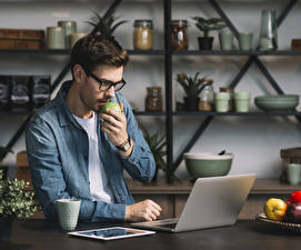 Desktop hintergrundbilder Mann Brille Notebook Hand