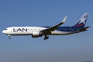 Tapety na pulpit Samolot Samolot pasażerski Boeing Widok z boku LATAM Airlines Chile, 767-300W