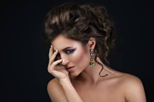 Bilder Posiert Hand Frisur Make Up Gesicht Model Ohrring junge Frauen