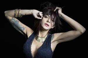 Fondos de escritorio Pose Mano Tatuaje Cabello negro Nia Contacto visual Escote mujer joven