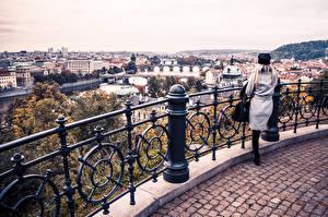 Fotos Prag Fluss Tschechische Republik Gebäude Zaun Städte Mädchens