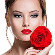 Tapety na pulpit Róże Białe tło Szatenka Twarz mężczyzny Czerwonymi ustami Piękny młoda kobieta