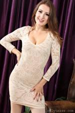 Hintergrundbilder Scarlot Rose Braune Haare Starren Lächeln Hand Kleid junge Frauen