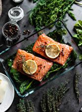 Fotos Gewürze Fische - Lebensmittel Lachs Zitronen Schwarzer Pfeffer Stücke