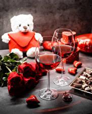 Hintergrundbilder Teddybär Sträuße Rosen Bonbon Valentinstag Wein Herz Weinglas Blumen