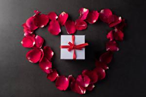 Fotos Valentinstag Grauer Hintergrund Kronblätter Rot Geschenke Herz Blüte