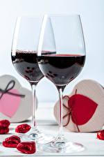 Fotos Valentinstag Wein Bonbon Herz Weinglas Zwei Lebensmittel