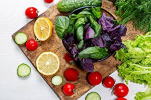 Desktop hintergrundbilder Gemüse Zitrone Tomaten Gurke Schneidebrett Lebensmittel