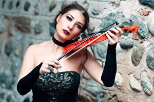 Fotos Violine Gothic Fantasy Kleid Unscharfer Hintergrund Brünette Hand Mary junge Frauen