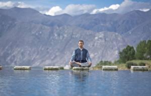 Desktop hintergrundbilder Wasser Stein Mann Lotussitz Sitzt Joga