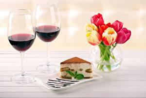 Tapety na pulpit Wino Ciasto Tulipan Kieliszek Kawałek Wazon żywność Kwiaty