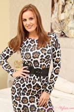 Hintergrundbilder Amy Green Braune Haare Starren Lächeln Posiert Kleid Hand