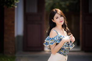 Hintergrundbilder Asiaten Bokeh Pose Hand Haar Braune Haare Starren Mädchens