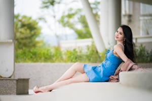 Fotos Asiaten Unscharfer Hintergrund Posiert Bein Kleid Brünette Niedlich Liegen junge frau