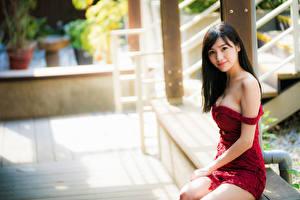 Fondos de Pantalla Asiático Bokeh Sentado Vestido Cabello negro Nia Contacto visual Chicas imágenes