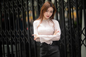 Fonds d'écran Asiatiques Clôture Chemisier Main Aux cheveux bruns Regard fixé jeune femme