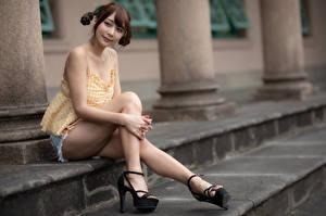 Bilder Asiatische Sitzt Bein Shorts Braunhaarige Frisur junge frau