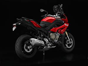 Bilder BMW - Motorrad Schwarzer Hintergrund Seitlich Rot S 1000 XR