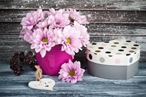 Fotos Blumensträuße Chrysanthemen Valentinstag Schachtel Geschenke Vase Herz Blüte
