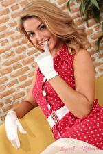 Bilder Bryoni-Kate Williams Blick Lächeln Hand Handschuh