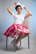 Fotos Stühle Sitzt Rock Hand Schleife Brünette Camila